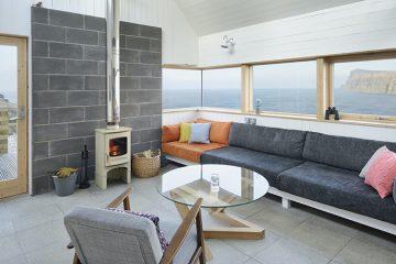 Design simples e materiais básicos em uma bela casa rural
